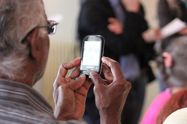 Mobily pro seniory – 5 vhodných modelů pro listopad 2017