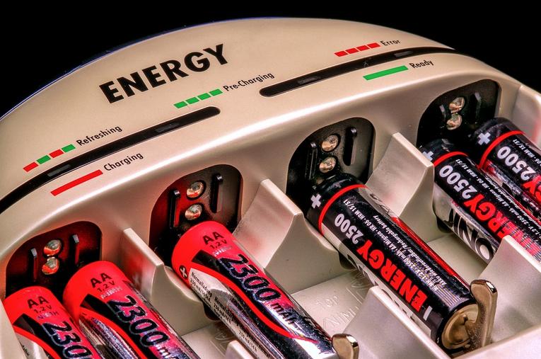 Jak správně vybrat AA baterie a nabíječku